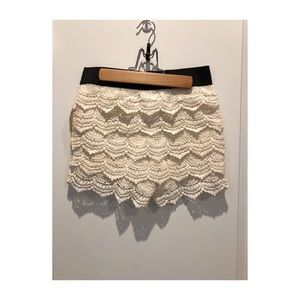 Scalloped laced cream shorts
